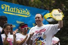 Pour la septième année consécutive, Joey Chestnut, un Californien de 29 ans, a remporté jeudi le concours annuel du plus gros mangeur de hot-dogs, en avalant 69 en dix minutes. La compétition, qui coïncide avec la Fête de l'indépendance, attire chaque année des milliers de spectateurs à Coney Island, à New York. /Photo prise le 3 juillet 2013/REUTERS/Lucas Jackson