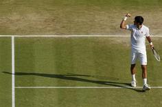 El tenista serbio Novak Djokovic celebra tras vencer al argentino Juan Martín del Potro en su encuentro por el Abierto de Wimbledon en Londres, jul 5 2013. El tenista serbio Novak Djokovic doblegó el viernes la feroz resistencia del argentino Juan Martín del Potro para imponerse por 7-5, 4-6, 7-6, 6-7 y 6-3 en una épica semifinal de Wimbledon. REUTERS/Jonathan Brady/Pool