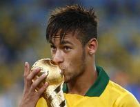 O atacante brasileiro Neymar beija troféu de campeão da Copa das Confederações, no domingo. Nesta sexta-feira, ele passou por cirurgia para retirada da amígdala. REUTERS/Kai Pfaffenbach