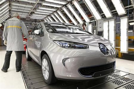 An employee inspects a Renault Zoe electric car on the production line at the Renault automobile factory in Flins, west of Paris, May 28, 2013. REUTERS/Benoit Tessier