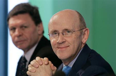 Mervyn Davies (R), chairman of Standard Chartered PLC, and Peter Sullivan, executive director and CEO of Standard Chartered Bank (Hong Kong) Limited, attend a news conference announcing the bank's 2006 annual results in Hong Kong February 27, 2007. REUTERS/Bobby Yip