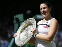 Marion Bartoli não estava no topo da lista entre as possíveis vencedoras do Wimbledon há duas semanas, mas nesta sábado a tenista francesa derrubou uma Sabine Lisicki em mau dia em parciais de 6-1 e 6-4 , conquistando seu 1º título de Wimbledon, em Londres. 06/07/2013 REUTERS/Stefan Wermuth