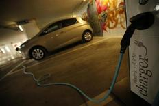 Carro elétrico da Renault, Zoe, é apresentado durante um encontro com jornalistas em Lisboa. montadora francesa Renault e sua parceira japonesa Nissan devem ter vendido 100 mil veículos elétricos neste mês, disse neste sábado o executivo-chefe de ambas as empresas, Carlos Ghosn, em uma coletiva na cidade francesa de Aix-en-Provence. 14/05/2013 REUTERS/Rafael Marchante