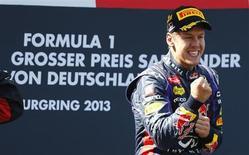 Piloto de Fórmula 1 da Red Bull, Sebastian Vettel, comemora após vencer GP da Alemanha, em Nuerburgring. Vettel, campeão mundial, foi pressionado a corrida inteira, mas finalmente venceu uma etapa de Fórmula 1 em casa, neste domingo, em um GP da Alemanha que o deixou a 34 pontos do espanhol Fernando Alonso, da Ferrari, no Mundial de Pilotos. 07/07/2013 REUTERS/Kai Pfaffenbach