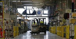 Le titre PSA Peugeot Citroën figure parmi les valeurs à suivre ce lundi à la Bourse de Paris, alors que le constructeur doit publier en après-Bourse ses ventes pour le premier semestre. /Photo prise le 15 mai 2013/REUTERS/Gonzalo Fuentes
