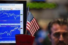 Трейдер на Нью-Йоркской фондовой бирже 5 июля 2013 года. Американские фондовые рынки значительно выросли в пятницу благодаря хорошим показателям занятости, которые помогли инвесторам преодолеть страх перед грядущим сокращением стимулов центробанка. REUTERS/Lucas Jackson