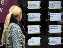 Offres d'emploi sur la vitrine d'une agence à Londres. Le nombre d'emplois à durée indéterminée a augmenté à un rythme sans précédent depuis plus de deux ans en juin en Grande-Bretagne, tandis que la confiance des entreprises a sensiblement augmenté. /Photo d'archives/REUTERS/Luke MacGregor