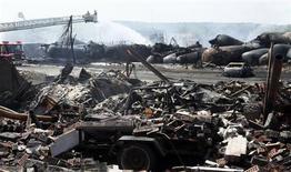 Руины дома возле места аварии состава с нефтью в Лак-Межантике 7 июля 2013 года. По меньшей мере пять человек погибли и еще 40 пропали без вести в воскресенье в результате крушения поезда с сырой нефтью в центре небольшого канадского городка. REUTERS/Christinne Muschi