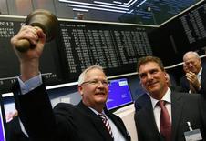 Le directeur général d'Osram Wolfgang Dehen (à gauche) et son directeur financier Klaus Patzak lundi à la Bourse de Francfort. Le titre Osram Licht a accusé lundi dans la matinée un repli allant jusqu'à près de 4,2% par rapport à son cours d'introduction de 24 euros, qui correspondait à une capitalisation boursière de l'ordre de 2,5 milliards. /Photo prise le 8 juillet 2013/REUTERS/Ralph Orlowski