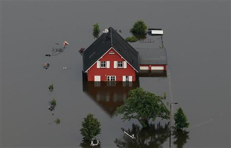 File picture shows a house inundated by the Elbe river near the village of Fischbeck, in the federal state of Saxony Anhalt, June 12, 2013. REUTERS/Thomas Peter/Files