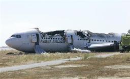 Carcasse du Boeing 777 de la compagnie Asiana, à l'aéroport de San Francisco. Boeing est l'une des valeurs à suivre sur les marchés américains après que la compagnie sud-coréenne a exclu un problème mécanique lors de l'accident du vol 214 samedi, faisant deux morts et plus de 180 blessés. /Photo prise le 7 juillet 2013/REUTERS/NTSB