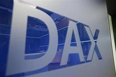 Логотип DAX на Франкфуртской фондовой бирже 8 июля 2013 года. Европейские акции растут благодаря подъему на Уолл-стрит в пятницу, вызванному хорошими показателями занятости в американской экономике. REUTERS/Ralph Orlowski