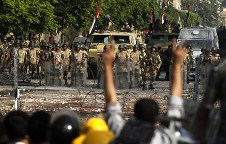 Army soldiers stand guard near the Republican Guard headquarters in Cairo, July 8, 2013. REUTERS/Asmaa Waguih