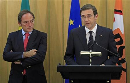 Portuguese Foreign Affairs Minister Paulo Portas (L) listens to Prime Minister Pedro Passos Coelho during a statement to the media in Lisbon July 6, 2013. REUTERS/Jose Manuel Ribeiro