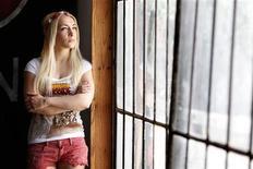La France a accordé l'asile politique à Inna Shevchenko, une Ukrainienne membre du mouvement Femen, qui s'estime menacée dans son pays après avoir en 2012 abattu à la tronçonneuse une croix orthodoxe à Kiev pour protester contre le procès du groupe russe Pussy Riot. /Photo prise le 8 juillet 2013/REUTERS/Charles Platiau
