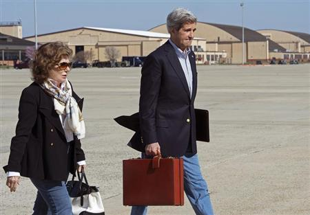 U.S. Secretary of State John Kerry and his wife Teresa Heinz Kerry board a second plane after their original aircraft had mechanical problems at Andrews Air Force Base in Maryland April 6, 2013. REUTERS/Paul J. Richards/Pool