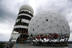 A Berlin, une station d'écoute désaffectée de la National Security Agency (NSA) américaine datant de l'époque de la guerre froide. Le gouvernement de la chancelière allemande Angela Merkel a réagi lundi à des informations parues dans l'hebdomadaire Der Spiegel en assurant que sa coopération avec la NSA était fondée sur des directives tout à fait légales. /Photo prise le 30 juin 2013/REUTERS/Pawel Kopczynski