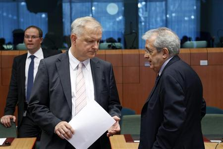 European Economic and Monetary Affairs Commissioner Olli Rehn listens to Italy's Economy Minister Fabrizio Saccomanni (R) during an euro zone finance ministers meeting in Brussels July 8, 2013. REUTERS/Francois Lenoir