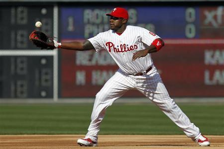 Philadelphia Phillies first baseman Ryan Howard bobbles a ground ball from a Kansas City Royals batter during the first inning of the Phillies home opener in their MLB Interleague baseball game in Philadelphia, Pennsylvania April 5, 2013. REUTERS/Tim Shaffer