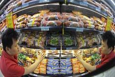 L'inflation au niveau des prix à la consommation a accéléré plus que prévu en juin, à 2,7% sur un an contre 2,1% en mai. Ce chiffre, dû en partie à un bond de 4,9% des prix alimentaires, se compare à un consensus de 2,5% mais reste inférieur à l'objectif gouvernemental de 3,5%. /Photo d'archives/REUTERS