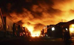 Пламя пожара после крушения поезда с нефтью поднимается над городом Лак-Межантик 6 июля 2013 года. Число жертв крушения поезда с нефтью в канадской провинции Квебек выросло до 13 человек, еще 37 считаются пропавшими без вести, что угрожает превратить случившееся в самую страшную трагедию в Канаде за 15 лет. REUTERS/Stringer