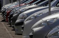 PSA Peugeot Citroen est l'une des valeurs à suivre à la Bourse de Paris après avoir enregistré au premier semestre un nouveau recul de ses ventes en Europe, qui représente toujours le coeur de son activité, mais est parvenu à limiter la casse grâce à la Chine et à l'Amérique latine. /Photo d'archives/REUTERS/Eric Gaillard