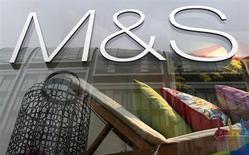 Le distributeur britannique Marks & Spencer a fait état mardi d'une hausse de 3,3% de son chiffre d'affaires sur son premier trimestre clos le 29 juin, mais ses ventes non alimentaires ont reculé pour le huitième trimestre consécutif, quoiqu'à un rythme ralenti. /Photo prise le 21 mai 2013/REUTERS/Suzanne Plunkett