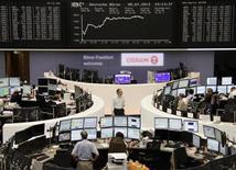 Трейдеры на торгах фондовой биржи во Франкфурте-на-Майне 8 июля 2013 года. Европейские рынки акций открылись ростом. REUTERS/Remote/Stringer