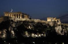 Луна над Парфеноном в Афинах 29 сентября 2011 года. Еврозона и Международный валютный фонд в понедельник согласились предоставить Греции дальнейшее кредитование, если она выполнит обещания сократить число бюджетников и распродать госсобственность. REUTERS/John Kolesidis
