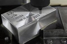 Слиток палладия в процессе гравировки на заводе Красцветмет в Красноярске 12 апреля 2012 года. Дефицит палладия на мировом рынке может удвоиться к 2020 году с текущего 1 миллиона унций, если экономившие производители не начнут увеличивать выпуск металла, сказал в интервью Рейтер менеджер Норильского никеля - крупнейшего в мире производителя палладия. REUTERS/Ilya Naymushin