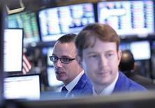 Трейдеры на Нью-Йоркской фондовой бирже 8 июля 2013 года. Американские рынки акций открылись ростом во вторник. REUTERS/Brendan McDermid