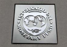 Logo do Fundo Monetário Internacional afixado na fachada da sede da instituição em Washington. O FMI reduziu nesta terça-feira suas estimativas para o crescimento global pela quinta vez desde o início do ano passado, devido à desaceleração dos mercados emergentes e à prolongada recessão na Europa. 18/04/2013. REUTERS/Yuri Gripas