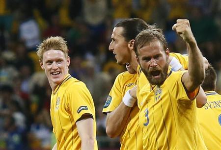 Sweden's Olof Mellberg (R) celebrates after scoring against England during their Group D Euro 2012 soccer match at the Olympic stadium in KIev, June 15, 2012. REUTERS/Michael Dalder
