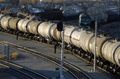 """Цистерны с нефтью на месторождении """"Дацин"""" в китайской провинции Хэйлунцзян 5 ноября 2007 года. Китай снизил импорт нефти в первом полугодии за счет замедления экономического роста, согласно опубликованным в среду данным таможни. REUTERS/Stringer"""