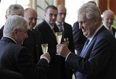 Президент Чехии Милош Земан (справа) и премьер-министр Иржи Руснок пьют шампанское после инаугурации кабинета министров в Пражском замке 10 июля 2013 года. Президент Чехии Милош Земан в среду назначил новый кабинет под руководством премьер-министра Иржи Руснока, что почти наверняка встретит сопротивление партий в парламенте. REUTERS/David W Cerny
