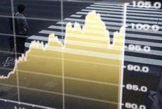 Мужчина отражается в экране с графиком динамики курса доллара США к японской иене в Токио 3 июля 2013 года. Доллар США дешевеет к корзине мировых валют и иене вслед за снижением доходности американских облигаций накануне публикации протокола июньского совещания ФРС и выступления главы центробанка Бена Бернанке. REUTERS/Issei Kato
