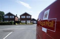 L'Etat britannique va vendre la majorité du capital de Royal Mail, le groupe public de services postaux, avant la fin de l'exercice budgétaire en cours en avril 2014. /Photo prise le 10 juillet 2013/REUTERS/Eddie Keogh
