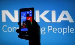 Nokia doit dévoiler ce jeudi un nouveau modèle de smartphone doté d'un appareil photo de 41 mégapixels, misant sur une optique de pointe pour compenser la faiblesse de ses ressources de marketing et celle de son catalogue d'applications. /Photo prise le 6 mai 2013/REUTERS/Dado Ruvic