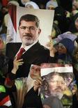 مجموعة من المؤيدات للرئيس المعزول محمد مرسي يتظاهرن في ميدان رابعة العدوية بالقاهرة يوم الثلاثاء - رويترز