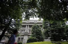 Le siège de la Banque du Japon, à Tokyo. La banque centrale nipponne a laissé sa politique monétaire inchangée jeudi, en déclarant qu'une reprise économique était engagée, son jugement le plus optimiste sur la conjoncture depuis deux ans et demi. /Photo prise le 5 juillet 2013/REUTERS/Toru Hanai