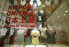 Fast Retailing, propriétaire de l'enseigne Uniqlo et premier distributeur d'Asie, a laissé jeudi inchangées ses prévisions pour résultats pour l'exercice fiscal à fin août, la multiplication des offres promotionnelles limitant l'impact de la croissance des ventes. /Photo prise le 11 juillet 2013/REUTERS/Toru Hanai
