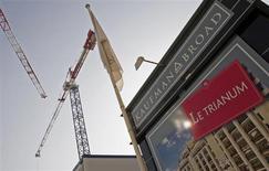 Kaufman & Broad a annoncé jeudi une hausse des réservations de logements au premier semestre de son exercice 2012-2013, grâce à l'adaptation de son offre aux conditions du marché notamment marqué par la progression des demandes des primo-accédants. /Photo d'archives/REUTERS/Jean-Paul Pélissier