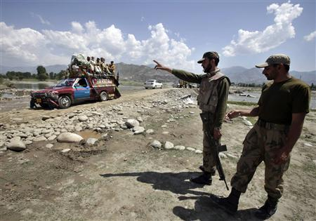 Pakistani soldiers direct traffic on the outskirts of Mingora, Swat in this April 23, 2010 file photo. REUTERS/Faisal Mahmood/Files