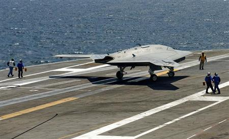 An X-47B pilot-less drone combat aircraft comes to a stop after landing on the deck of the USS George H.W. Bush aircraft carrier in the Atlantic Ocean off the coast of Norfolk, Virginia July 10, 2013. REUTERS/Rich-Joseph Facun