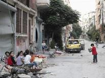 Children play along a street in the besieged area of Homs June 20, 2013. REUTERS/Yazan Homsy (SYRIA