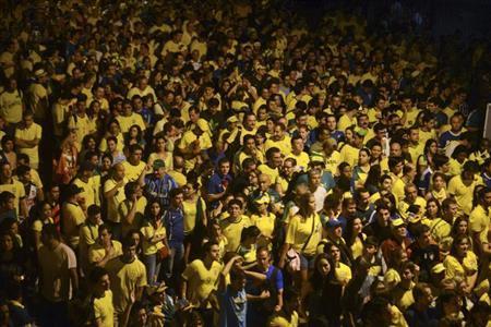 Soccer fans walk to the subway after the Confederations Cup final soccer match in Rio de Janeiro June 30, 2013. REUTERS/Lucas Landau/Files
