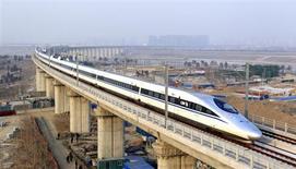 Высокоскоростной поезд на пути в Гуанчжоу проезжает мост в Пекине 26 декабря 2012 года. Министр финансов Китая дал понять, что Пекин, возможно, готов смириться с экономическим ростом во втором полугодии значительно ниже 7 процентов, дав самый отрезвляющий официальный комментарий о спаде в стране. REUTERS/China Daily