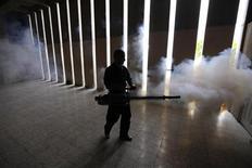 Fumigation anti-dengue, à Tegucigalpa, au Honduras. Sanofi Pasteur, la filiale vaccin de Sanofi Aventis, a lancé la production du premier vaccin mondial contre la dengue, qui devrait être commercialisé à partir de fin 2015 à travers le monde. /Photo prise le 22 juin 2013/REUTERS/Jorge Cabrera