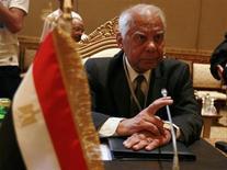 حازم الببلاوي في اجتماع في أبوظبي يوم 7 سبتمبر ايلول 2011. رويترز