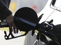 Водитель заправляет автомобиль в Брюсселе, 8 марта 2011 года. Цены на нефть Brent опустились ниже $108 за баррель с отмеченного в четверг трехмесячного пика на фоне ожиданий роста добычи и опасений за рост китайской экономики. REUTERS/Yves Herman